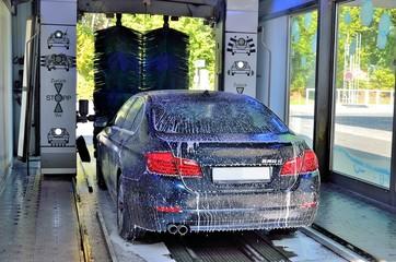 Auto beim Waschen in der Waschstraße