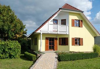 gelbes Haus im Sommer