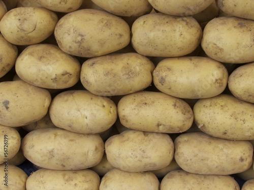 Rohe Kartoffeln auf einem Wochenmarkt in Istanbul Erenköy