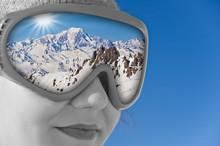 Młoda dziewczyna w kominiarce, odbicie Mont Blanc