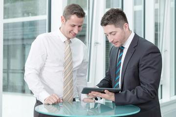 Zwei Kollegen diskutieren