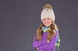 Lachendes Mädchen mit selbstgestrickter Mütze, Neutral