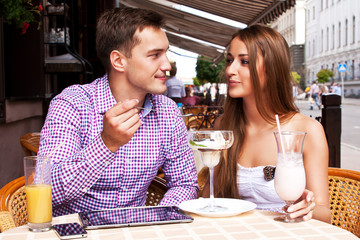 Парень кормит мороженным свою девушку