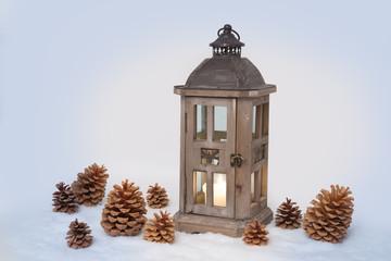 Rustikale Laterne winterlich dekoriert