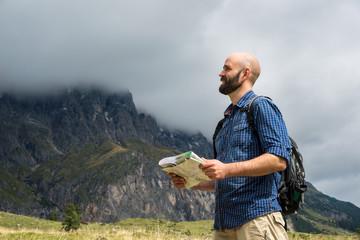 Glücklicher Wandersmann mit Karte