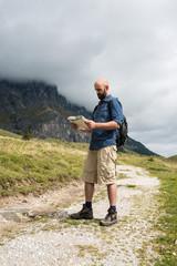 Mann liest Wanderkarte