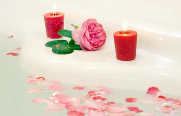 Wellness - Badewanne mit Rosenblättern und Kerzen