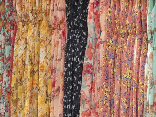 Bunter Sommerkleider mit Mustern auf einem Basar in Istanbul