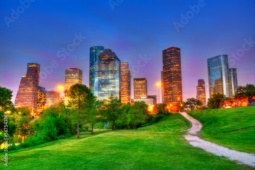In de dag Texas Houston Texas modern skyline at sunset twilight on park