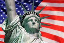 Statua Wolności na Island w Nowym Jorku z flagą USA