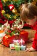 bambina che apre i regali di Natale
