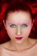 Frau mit Make-up und Federn