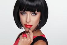 Belleza de la mujer morena sexy con labios rojos. Maquillaje. Fringe elegante