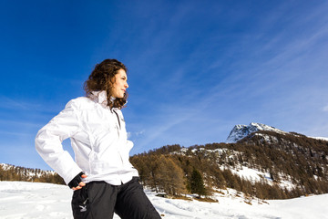Ragazza in montagna in inverno con neve