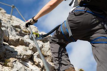 Nahansicht eines Mannes am Klettersteig