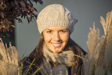 Schöne Frau in den Sonnenstrahlen des Herbst
