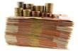 liasse de billets et piles de pièces