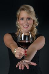 Blonde Frau mit Rotweinglas