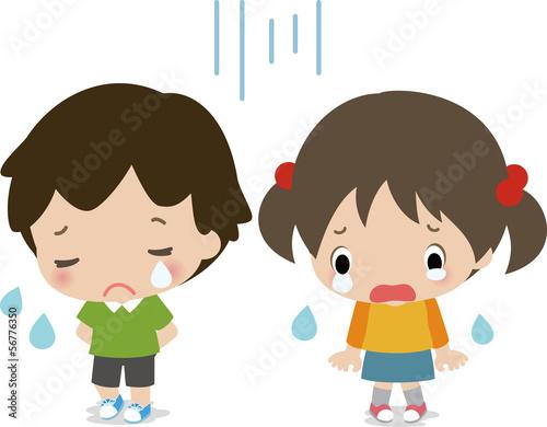 泣いている小さな男の子と女の子