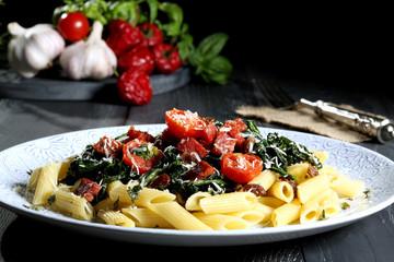 pasta con verdure tavolo grigio sfondo nero