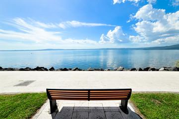 Panchina isolata sul lago