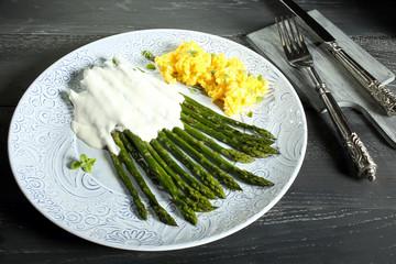 asparagi con formaggio e uovo sfondo grigio