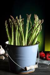 asparagi freschi sfondo verde