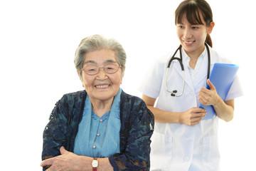 笑顔の高齢者と女医