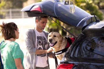 Giovane coppia che porta fuori il loro cane