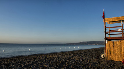 torretta del bagnino in riva al mare