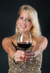 Blondine mit Rotweinglas