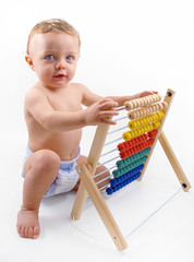 Bambino che gioca con abaco e guarda di fronte