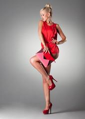 Frau rot pink mit Tasche