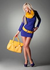 Blonde Frau in blauem Kleid