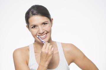 attraktive Frau reinigt ihre Zähne mit einer Zahnbürste