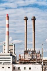 Schornsteine einer Ölraffinerie