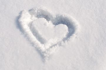 Coeur dessiné dans la neige