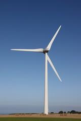 éoliennes sur fond de ciel bleu