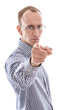 Mann zeigt mit dem Zeigefinger auf etwas - Recht, Jura, Justiz
