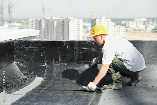 Flat roof covering works with roofing felt - 56807768