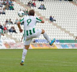 Jugador de fútbol controlando el balón