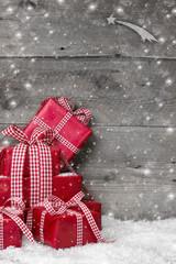 Weihnachtskarte mit Holz in Rot, Grau und Weiß - klassisch