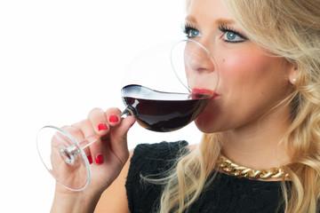 Blonde Frau trinkt Rotwein