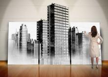Businesswoman malowanie czarno-białe miasto na ekranie