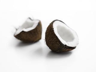 frische, halbierte Kokosnuss auf weißem Hintergrund