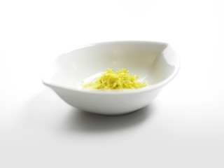 Zitronenzeste in Porzellanschale