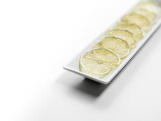 getrocknete Zitronenscheiben auf einem Teller