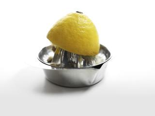 halbierte Zitrone auf Zitruspresse
