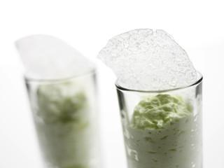 Zitronengrasespuma mit Kokosnusspergament in einem Glas