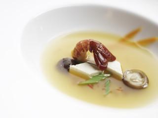 klare Zitronengrasbrühe mit asiatischem Gemüse und Flusskrebs